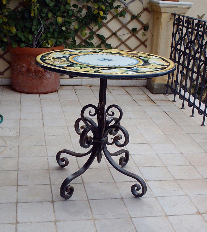 Tavolino in ferro battuto e ceramica